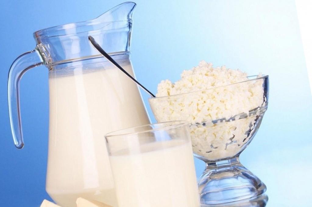 молоко в стакане, графине и творог в тарелке
