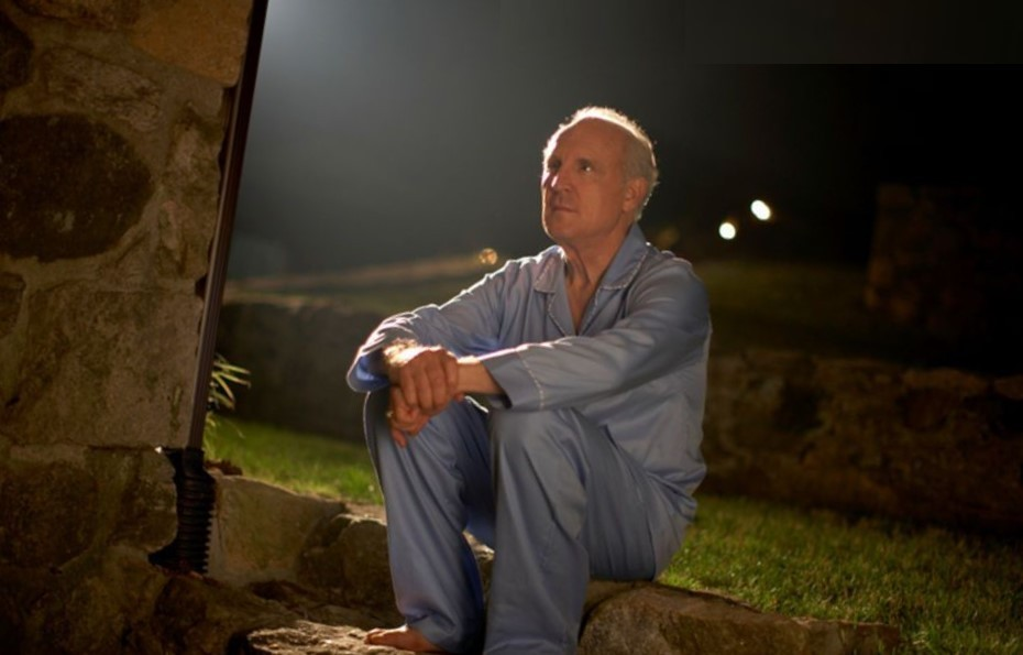 мужчина сидит на улице ночью и смотрит в небо