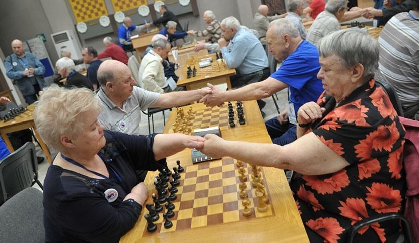 бабушки играют в шахматы