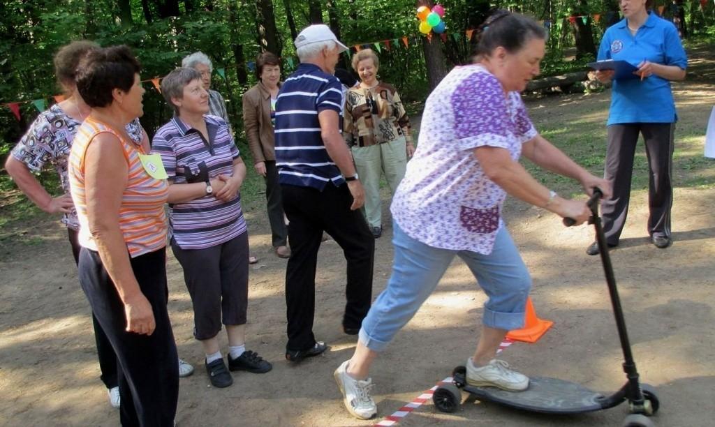 эстафета для пенсионеров, катаются на самокате