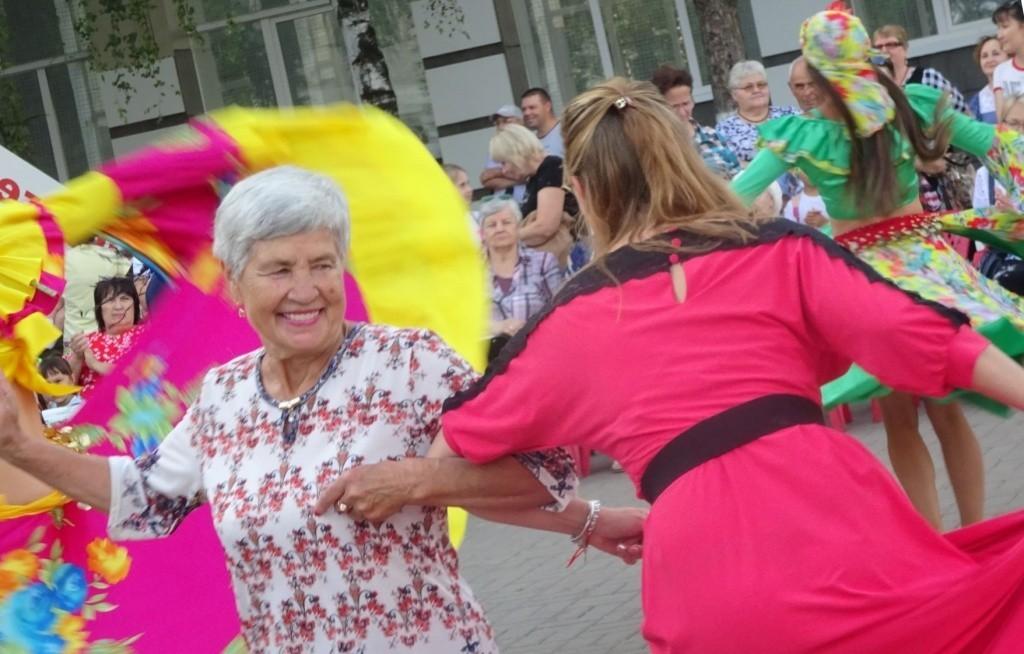 бабушка танцует на празднике