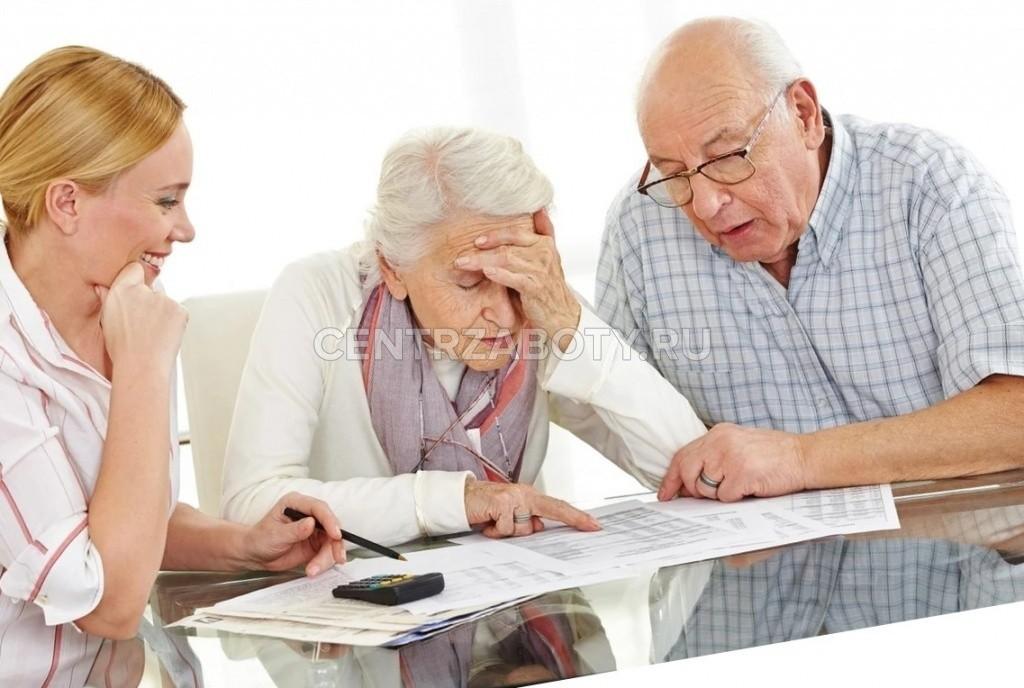 молодая девушка показывает документы пожилым людям
