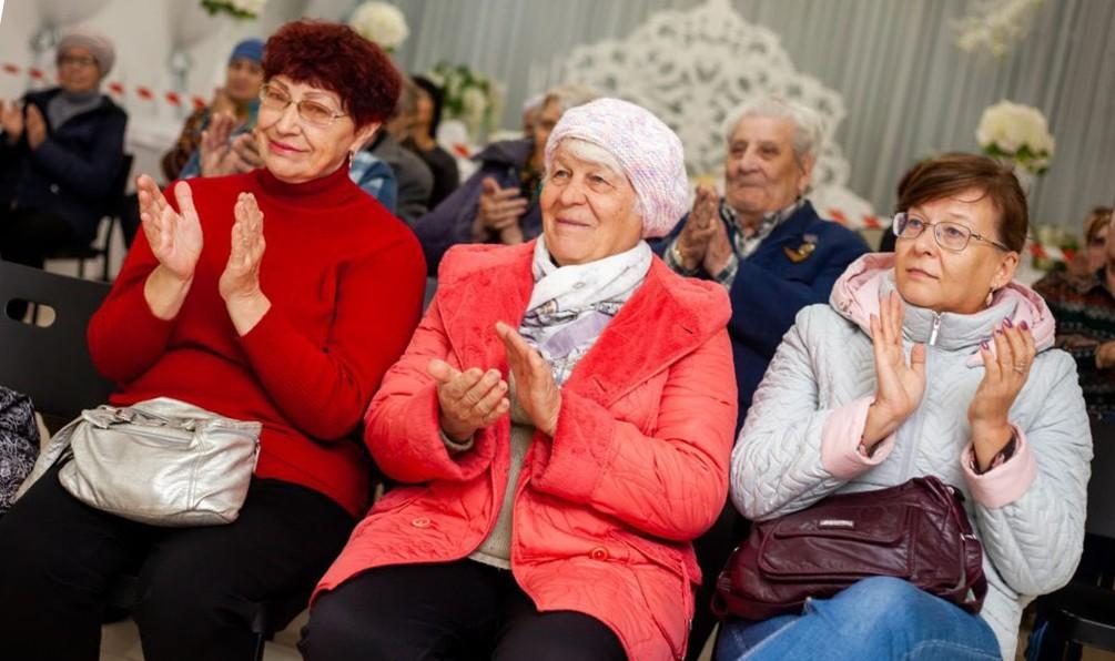 бабушки хлопают выступающему артисту в актовом зале