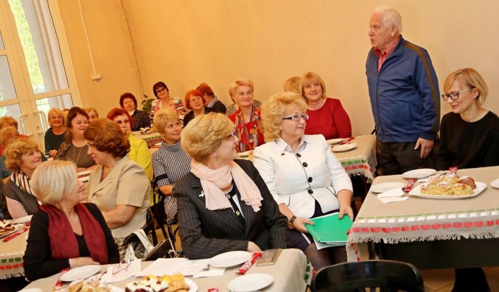 пенсионеры на застолье